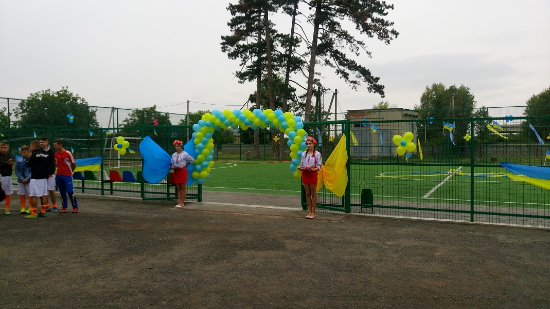 На Виноградівщині відкрили новий спортивний об'єкт для школярів. ФОТО