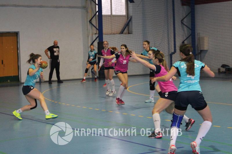 Ужгородські та херсонські гандболістки подарували вболівальникам цікаві протистояння